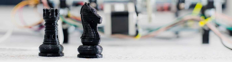 Schackpjäser framför 3D-skrivare